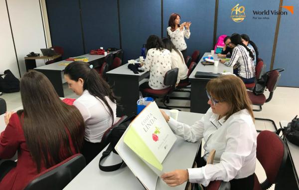 Colaboradores de la Fundación Bolívar Davivienda participaron en capacitaciones sobre lectura y comprensión.