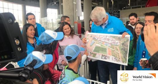 El alcalde se dirigió a los niños y niñas para explicarles en qué consiste el proyecto.